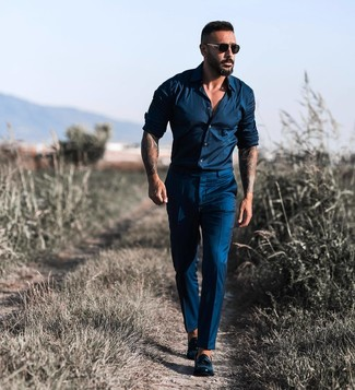 Как и с чем носить: темно-синяя рубашка с длинным рукавом, темно-синие классические брюки, черные кожаные лоферы с кисточками, черные солнцезащитные очки