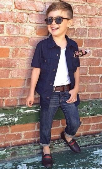 Как и с чем носить: темно-синяя рубашка с коротким рукавом, белая майка, темно-синие джинсы, темно-коричневые кожаные лоферы