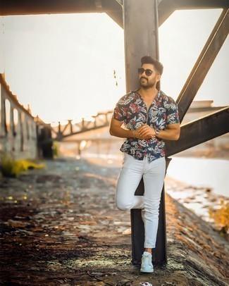 Мужские луки лето: Темно-синяя рубашка с коротким рукавом с цветочным принтом и белые зауженные джинсы — выбор молодых людей, которые никогда не сидят на месте. Бело-черные кожаные низкие кеды добавят ансамблю стильной строгости. Переносить летний зной будет гораздо легче, когда на тебе такое сочетание одежды.
