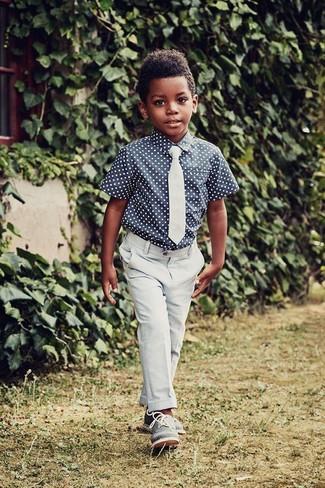Как и с чем носить: темно-синяя рубашка с коротким рукавом в горошек, голубые брюки, синие оксфорды, голубой галстук