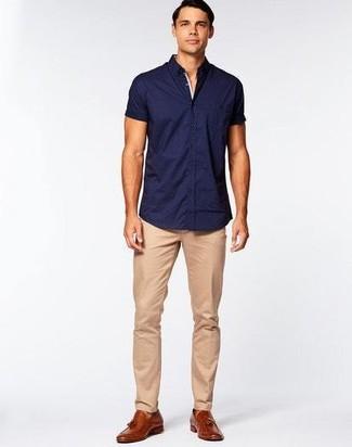 Как и с чем носить: темно-синяя рубашка с коротким рукавом, светло-коричневые брюки чинос, коричневые кожаные лоферы с кисточками