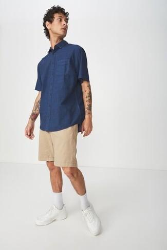 Как и с чем носить: темно-синяя рубашка с коротким рукавом, светло-коричневые шорты, белые кожаные низкие кеды, белые носки