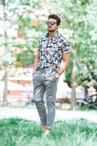Как и с чем носить: темно-синяя рубашка с коротким рукавом с цветочным принтом, серые брюки чинос, зеленые солнцезащитные очки, бежевые кожаные часы