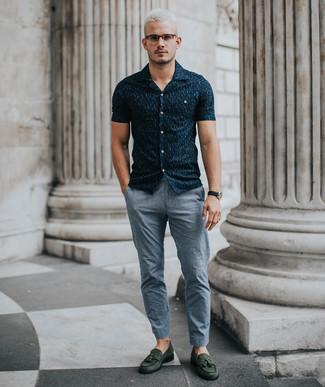 Как и с чем носить: темно-синяя рубашка с коротким рукавом с принтом, серые брюки чинос, темно-зеленые замшевые лоферы с кисточками, черные кожаные часы