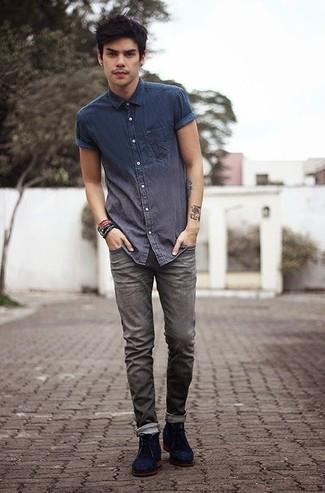 Как и с чем носить: темно-синяя рубашка с коротким рукавом из шамбре, серые джинсы, темно-синие замшевые ботинки дезерты, темно-коричневый браслет