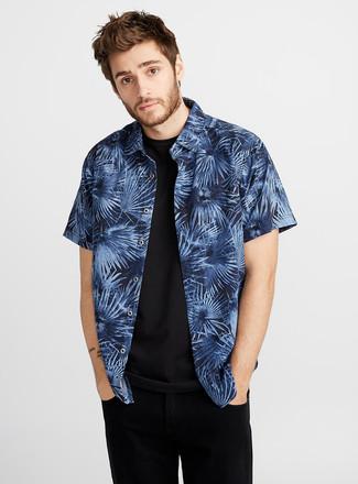 Как и с чем носить: темно-синяя рубашка с коротким рукавом с принтом, черная футболка с круглым вырезом, черные джинсы