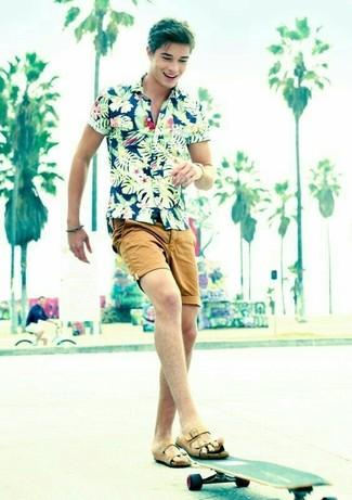Как и с чем носить: темно-синяя рубашка с коротким рукавом с цветочным принтом, светло-коричневые шорты, светло-коричневые кожаные сандалии