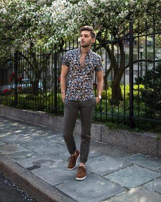 Как и с чем носить: темно-синяя рубашка с коротким рукавом с цветочным принтом, темно-серые брюки чинос, коричневые замшевые низкие кеды