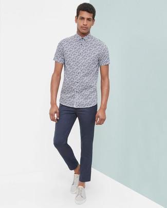 Модный лук: Темно-синяя рубашка с коротким рукавом с цветочным принтом, Темно-синие брюки чинос, Серые кожаные низкие кеды