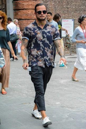 Как и с чем носить: темно-синяя рубашка с коротким рукавом с цветочным принтом, темно-серые спортивные штаны, белые кожаные низкие кеды, черные солнцезащитные очки