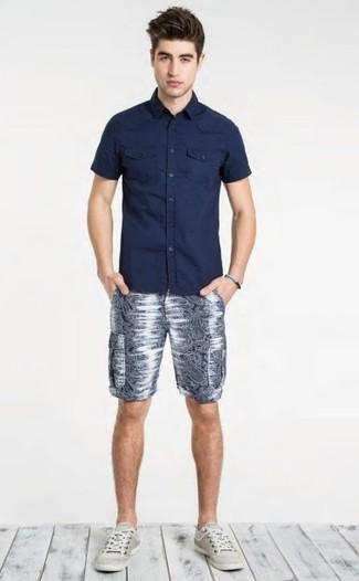 Как и с чем носить: темно-синяя рубашка с коротким рукавом, темно-синие шорты с принтом, серые низкие кеды