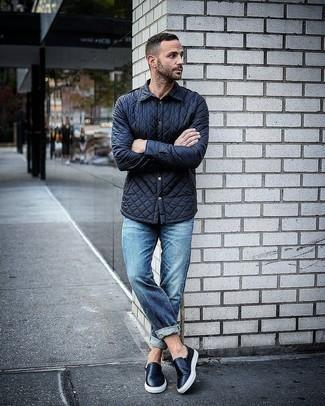 Модные мужские луки 2020 фото: Удобное сочетание темно-синей стеганой куртки-рубашки и синих джинсов позволит подчеркнуть твою индивидуальность и выигрышно выделиться из серой массы. Черные кожаные слипоны неплохо дополнят этот ансамбль.