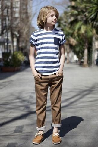 Темно-сине-белая футболка в горизонтальную полоску: с чем носить и как сочетать мальчику: