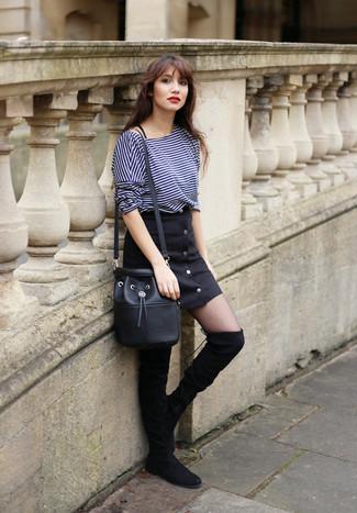 Модный лук: Темно-синяя футболка с длинным рукавом в горизонтальную полоску, Черная юбка на пуговицах, Черные замшевые ботфорты, Черная кожаная сумка-мешок