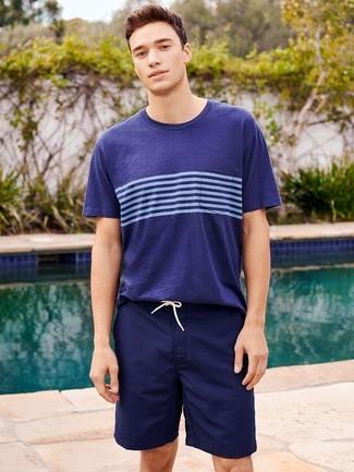 Как и с чем носить: темно-синяя футболка с круглым вырезом в горизонтальную полоску, темно-синие шорты для плавания