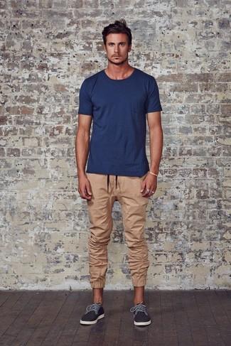 Как и с чем носить: темно-синяя футболка с круглым вырезом, светло-коричневые спортивные штаны, темно-серые плимсоллы
