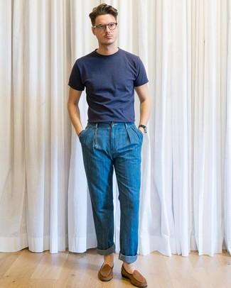 Как и с чем носить: темно-синяя футболка с круглым вырезом, синие джинсы, коричневые замшевые лоферы