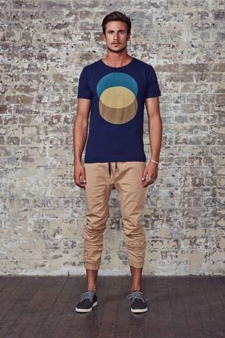 Как и с чем носить: темно-синяя футболка с круглым вырезом с принтом, светло-коричневые спортивные штаны, темно-серые низкие кеды