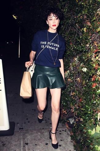 Как и с чем носить: темно-синяя футболка с круглым вырезом с принтом, черная кожаная короткая юбка-солнце, черные замшевые туфли, белая кожаная сумка через плечо