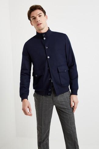 Как и с чем носить: темно-синяя шерстяная куртка харрингтон, белая футболка с круглым вырезом, темно-серые классические брюки в шотландскую клетку