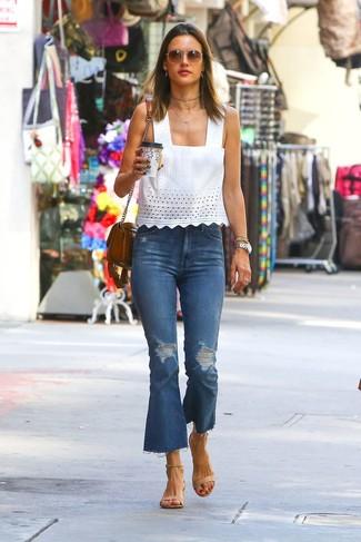 Как и с чем носить: белый топ без рукавов с люверсами, синие рваные джинсы-клеш, светло-коричневые кожаные босоножки на каблуке, коричневая кожаная сумка через плечо