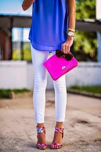 Как и с чем носить: синий шифоновый топ без рукавов, белые джинсы скинни, ярко-розовые кожаные босоножки на каблуке с цветочным принтом, ярко-розовый кожаный клатч