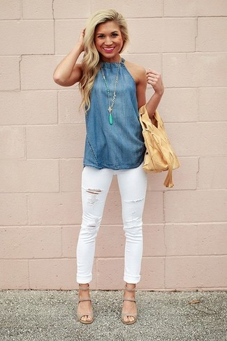 Если в одежде ты ценишь удобство и функциональность, синий топ без рукавов из шамбре и белые рваные джинсы скинни — превосходный вариант для модного повседневного наряда. Сделать лук изысканнее помогут серые кожаные босоножки на каблуке.