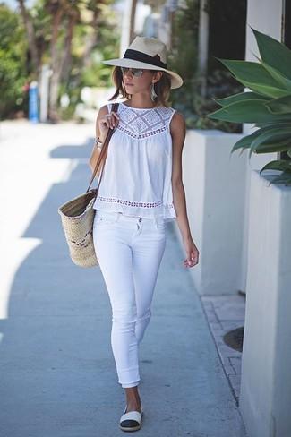 Как и с чем носить: белый топ без рукавов крючком, белые джинсы скинни, бело-черные эспадрильи, бежевая соломенная большая сумка