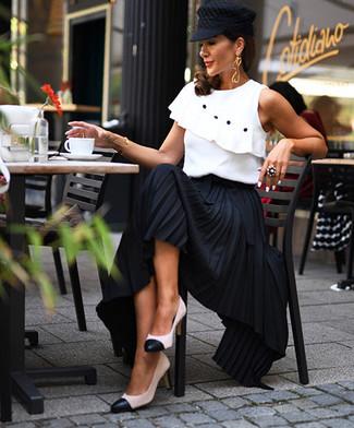 Модный лук: белый топ без рукавов с рюшами, черная длинная юбка со складками, бело-черные кожаные туфли, черная кепка