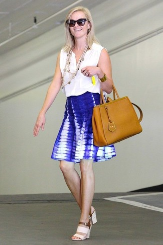 Как Reese Witherspoon носит Белый топ без рукавов, Синяя короткая юбка-солнце c принтом тай-дай, Белые кожаные босоножки на каблуке, Табачная кожаная большая сумка
