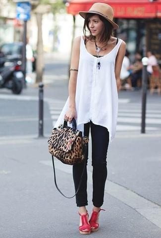 Как и с чем носить: белый шифоновый топ без рукавов, черная майка, черные джинсы скинни, красные кожаные босоножки на танкетке