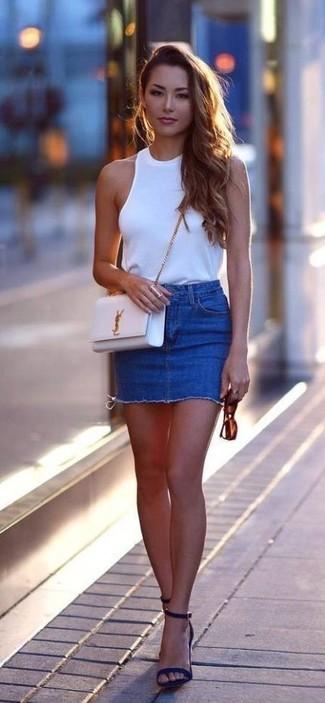 Как и с чем носить: белый топ без рукавов, синяя джинсовая мини-юбка, темно-синие замшевые босоножки на каблуке, белая кожаная сумка через плечо