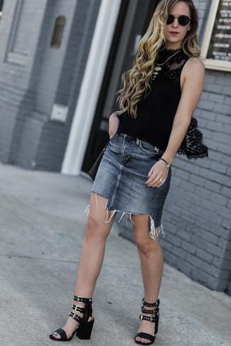 Как и с чем носить: черный кружевной топ без рукавов, серая джинсовая мини-юбка, черные кожаные босоножки на каблуке, черная кожаная сумка через плечо