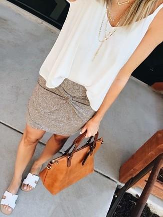 Как и с чем носить: белый шифоновый топ без рукавов, серая мини-юбка, белые кожаные сандалии на плоской подошве, табачная кожаная большая сумка