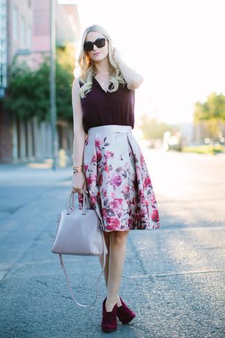 Модный лук: темно-пурпурный шелковый топ без рукавов, серая пышная юбка с цветочным принтом, темно-красные замшевые ботильоны, серая кожаная большая сумка