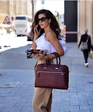 Как и с чем носить: белый топ без рукавов с рюшами, светло-коричневые широкие брюки, темно-красная кожаная большая сумка, черные солнцезащитные очки