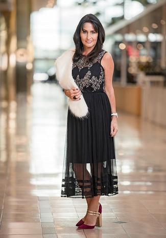 Как и с чем носить: черный топ без рукавов с украшением, черная шифоновая юбка-миди со складками, темно-красные замшевые туфли, белый меховой шарф