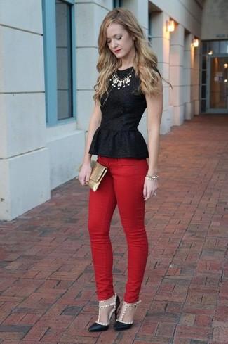 Как и с чем носить: черный топ с баской, красные джинсы скинни, черные кожаные туфли с шипами, золотой кожаный клатч