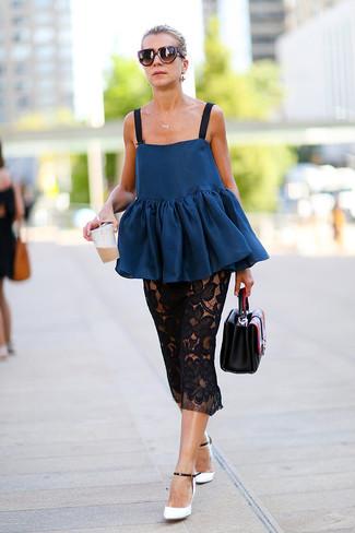 Как и с чем носить: темно-синий топ с баской, черная кружевная юбка-миди, бело-черные кожаные туфли, черная кожаная сумочка