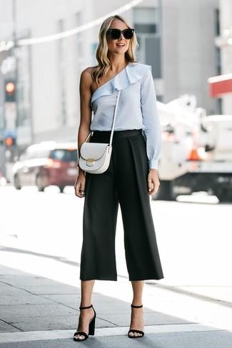 Как и с чем носить: голубой топ с открытыми плечами, черные брюки-кюлоты, черные кожаные босоножки на каблуке, белая кожаная сумка через плечо