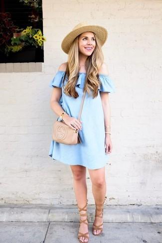 Как и с чем носить: голубой джинсовый топ с открытыми плечами, светло-коричневые замшевые гладиаторы, бежевая кожаная сумка через плечо, бежевая соломенная шляпа