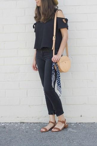 Как и с чем носить: черный топ с открытыми плечами, черные джинсы скинни, коричневые кожаные босоножки на каблуке, светло-коричневая кожаная сумка через плечо