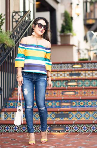Как и с чем носить: разноцветный топ с открытыми плечами в горизонтальную полоску, синие рваные джинсы скинни, желтые кожаные босоножки на каблуке, белая кожаная сумка через плечо