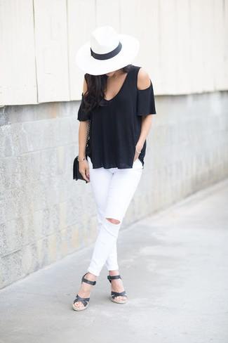 Черные кожаные босоножки на танкетке: с чем носить и как сочетать: Такое лаконичное и комфортное сочетание вещей, как черный топ с открытыми плечами и белые рваные джинсы скинни, полюбится женщинам, которые любят проводить дни активно. В сочетании с черными кожаными босоножками на танкетке такой образ выглядит особенно удачно.