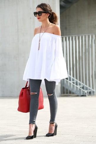 Как и с чем носить: белый топ с открытыми плечами, темно-серые рваные джинсы скинни, черные кожаные босоножки на танкетке, красная кожаная большая сумка