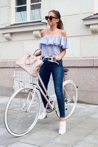 Как и с чем носить: голубой топ с открытыми плечами, темно-синие джинсы скинни, белые низкие кеды, розовая кожаная большая сумка