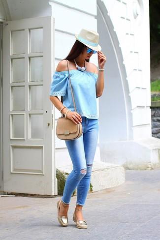 Как и с чем носить: голубой топ с открытыми плечами, голубые рваные джинсы скинни, золотые эспадрильи, светло-коричневая замшевая сумка через плечо