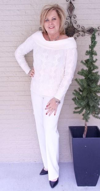 Как и с чем носить: белый вязаный топ с открытыми плечами, белые классические брюки, черные кожаные туфли, серебряное колье