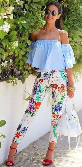 Как и с чем носить: голубой топ с открытыми плечами, белые узкие брюки с цветочным принтом, красные замшевые босоножки на каблуке, белая кожаная сумка-мешок