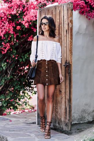 Как и с чем носить: белый топ с открытыми плечами с вышивкой, темно-коричневая замшевая юбка на пуговицах, темно-коричневые кожаные босоножки на каблуке с шипами, черная кожаная сумка через плечо